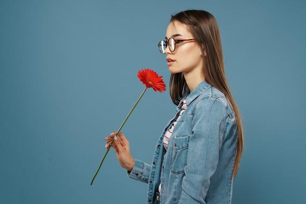 Ładna kobieta w dżinsowej kurtce modne okulary w czerwony kwiat