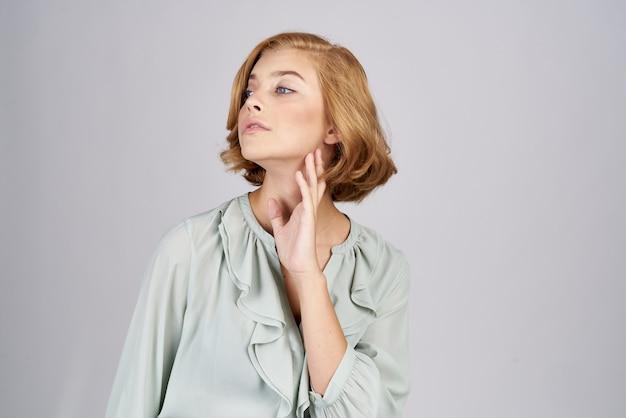 Ładna kobieta w eleganckiej bluzce