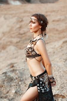 Ładna kobieta w indyjskiej biżuterii plemiennej