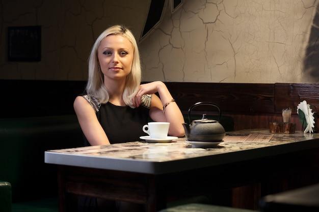 Ładna kobieta w kawiarni
