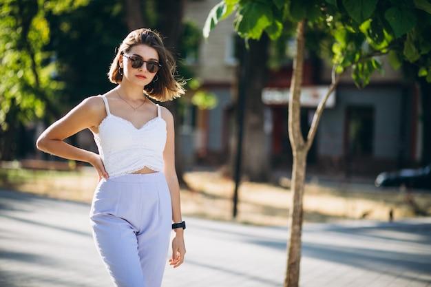 Ładna kobieta w lato stroju w parku