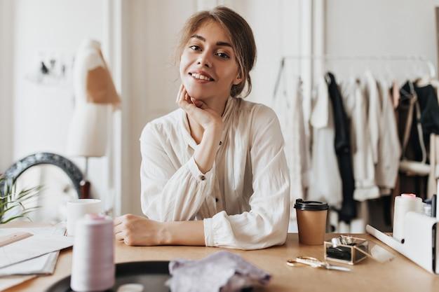 Ładna kobieta w lekkiej koszuli patrząca z przodu