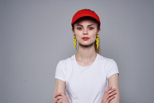 Ładna kobieta w letniej modzie dekoracji w czerwonej czapce