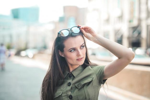 Ładna kobieta w mieście