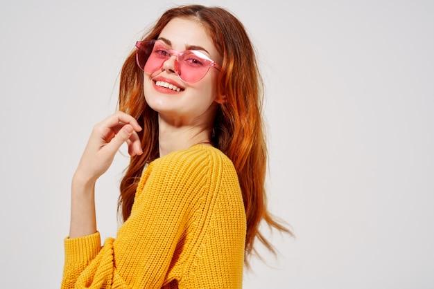 Ładna kobieta w modne okulary fryzurę moda okulary na białym tle. zdjęcie wysokiej jakości
