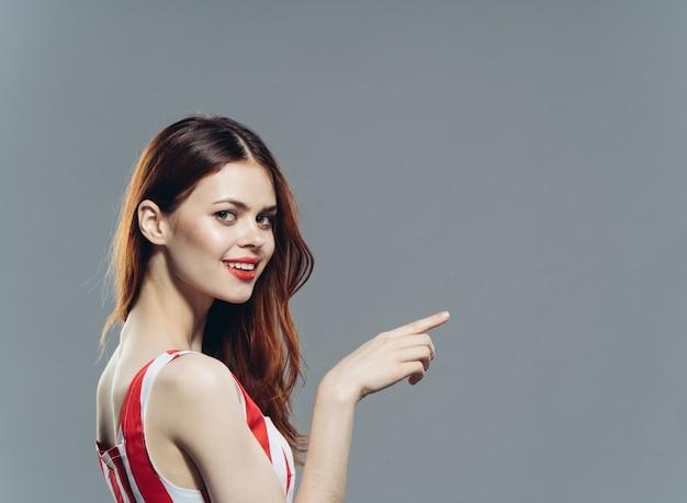 Ładna kobieta w modnej sukience w paski atrakcyjny wygląd stylu.