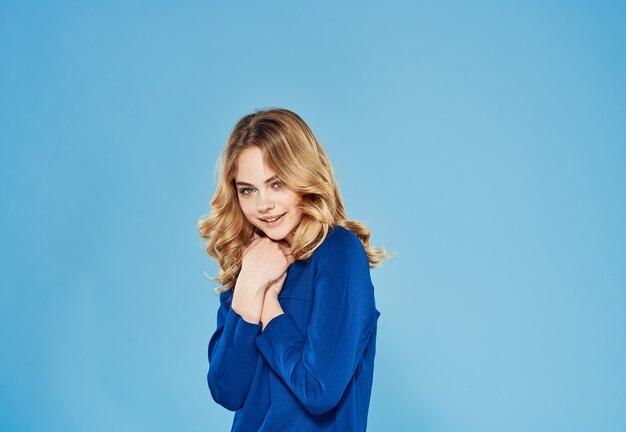 Ładna kobieta w niebieskiej sukience elegancki styl życia studio niebieskim tle