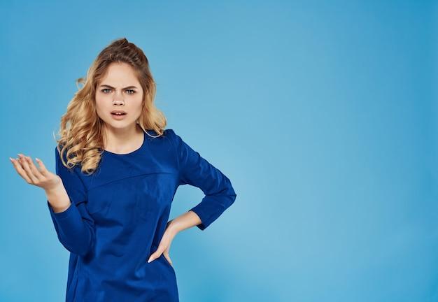 Ładna kobieta w niebieskiej sukience pozuje modę przycięty widok