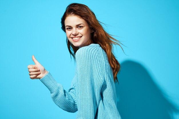 Ładna kobieta w niebieskim swetrze studio zabawy