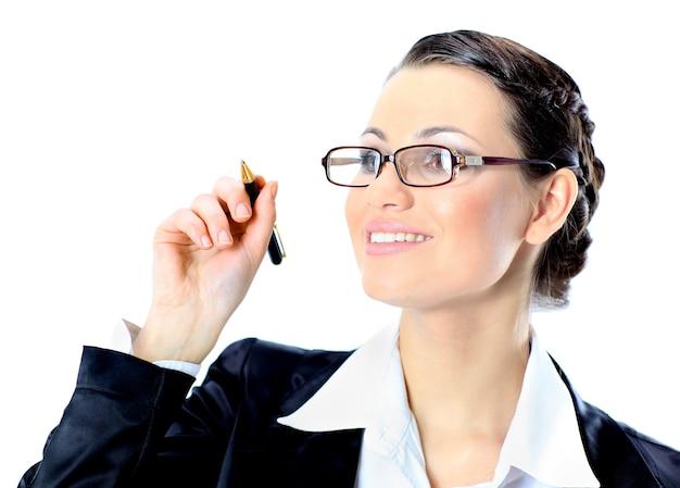 Ładna kobieta w okularach napisała piórem w powietrzu. pojedynczo na białym tle.