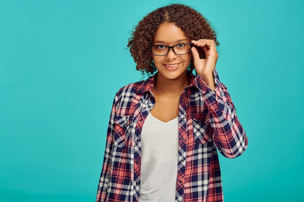 Ładna kobieta w okularach, niebieska ściana, pozytywne emocje