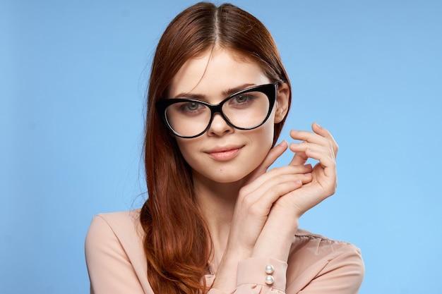 Ładna kobieta w okularach pozowanie