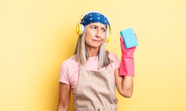 Ładna kobieta w średnim wieku czuje się smutna, zdenerwowana lub zła i patrzy w bok. czyścik do szorowania