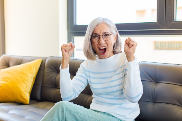 Ładna kobieta w średnim wieku czuje się szczęśliwa