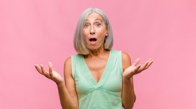 Ładna kobieta w średnim wieku czuje się zagubiona i nie ma pojęcia, zastanawiając się nad wątpliwym wyjaśnieniem lub myślą