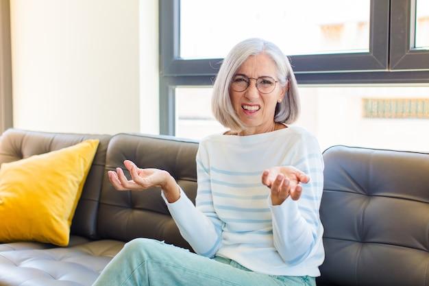 Ładna kobieta w średnim wieku czuje się zagubiona i zdezorientowana, nie jest pewna, którą opcję wybrać, zastanawiając się