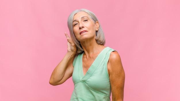 Ładna kobieta w średnim wieku czuje się zagubiona, nieświadoma i niepewna, ważąc dobro i zło w różnych opcjach lub wyborach