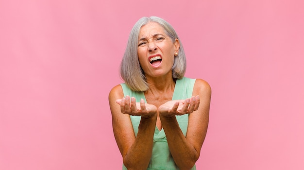 Ładna kobieta w średnim wieku knuje intrygi i konspiruje, wymyśla przebiegłe sztuczki i oszustwa, przebiegłość i zdradza