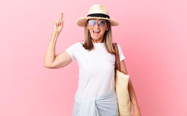 Ładna kobieta w średnim wieku, która po zrealizowaniu pomysłu czuje się jak szczęśliwy i podekscytowany geniusz. koncepcja lato