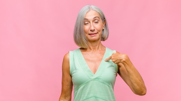 Ładna kobieta w średnim wieku panikuje z powodu zapomnianego terminu, jest zestresowana, musi zatuszować bałagan lub błąd