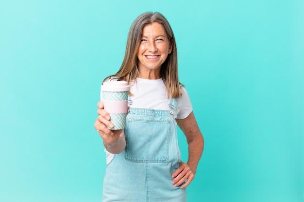 Ładna kobieta w średnim wieku trzymająca kawę na wynos