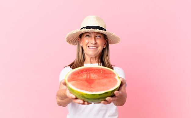 Ładna kobieta w średnim wieku z arbuzem. koncepcja lato