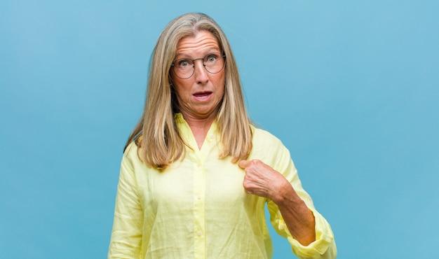 Ładna kobieta w średnim wieku z długimi włosami na białym tle