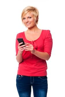 Ładna kobieta wiadomości tekstowych