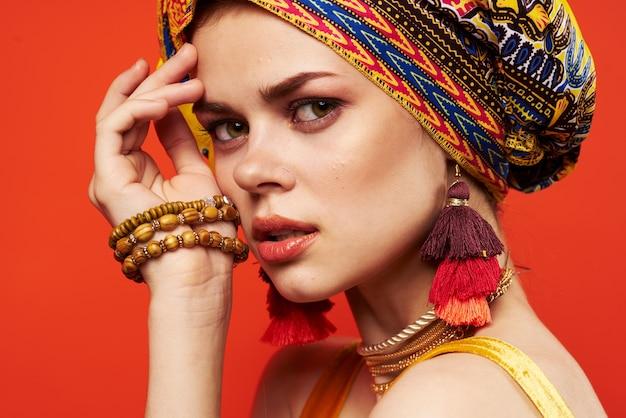 Ładna kobieta wielobarwny szal etniczne dekoracje w stylu afrykańskim na białym tle. zdjęcie wysokiej jakości