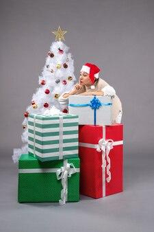 Ładna kobieta wokół prezentów na świetle