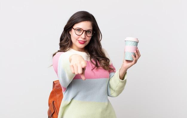 Ładna kobieta, wskazując na aparat wybierając ciebie. koncepcja studenta
