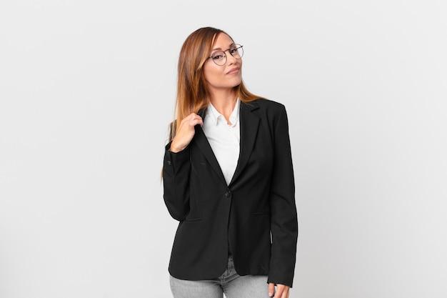 Ładna kobieta wyglądająca na arogancką, odnoszącą sukcesy, pozytywną i dumną. pomysł na biznes