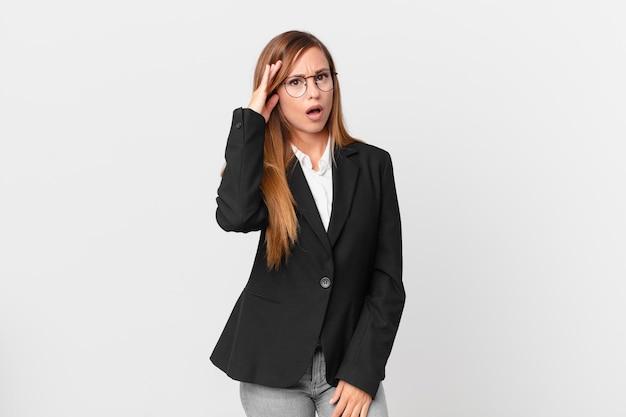 Ładna kobieta wyglądająca na zaskoczoną, realizująca nową myśl, pomysł lub koncepcję. pomysł na biznes
