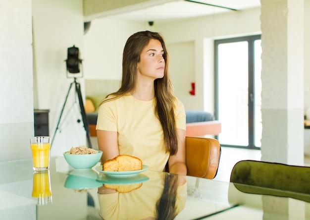 Ładna Kobieta Wyobrażająca Sobie Lub Marząca Premium Zdjęcia