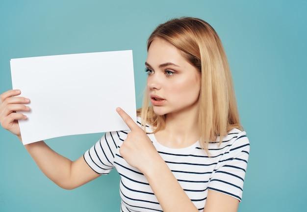 Ładna kobieta z białą kartką w banerze strony lifestyle studio. zdjęcie wysokiej jakości