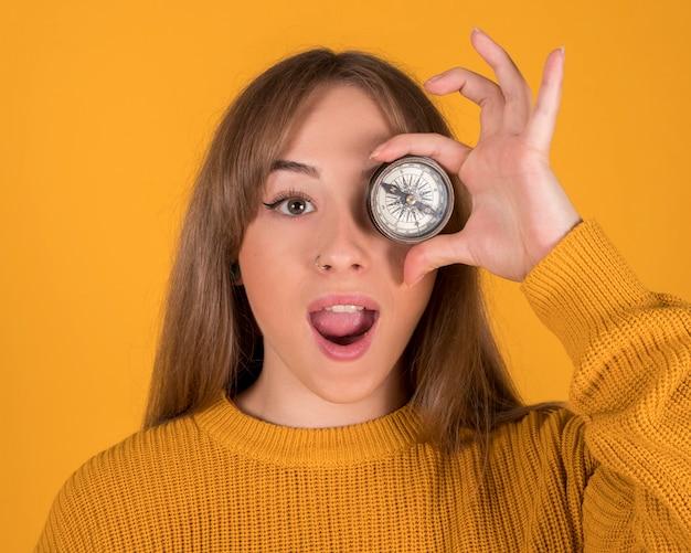 Ładna kobieta z kompasem na twarzy
