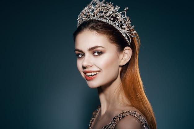 Ładna kobieta z koroną na głowie jasna luksusowa dekoracja makijażu