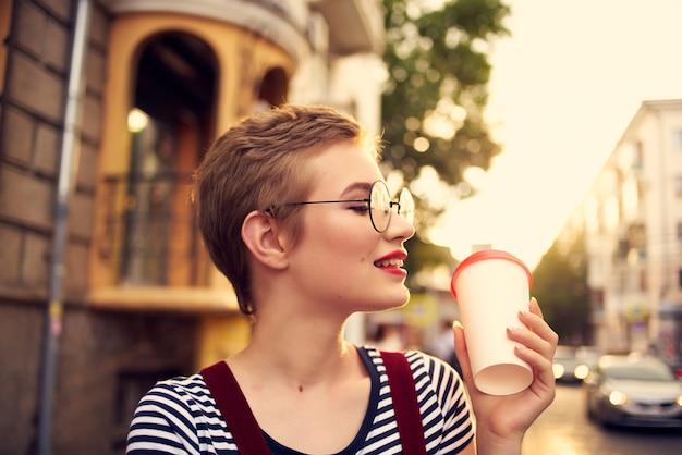 Ładna kobieta z krótkimi włosami je lody na ulicy