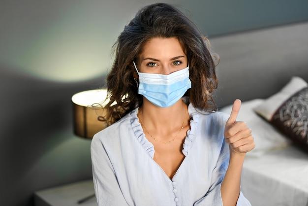 Ładna Kobieta Z Maską I Kciukiem Do Góry W Koncepcji Pandemii Premium Zdjęcia