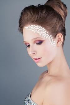 Ładna kobieta z modnym makijażem i fryzurą