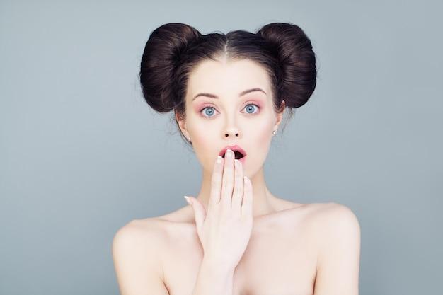 Ładna kobieta z otwartymi ustami. niespodzianka