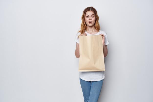 Ładna kobieta z pakietem artykułów spożywczych zakupy dostawa styl życia