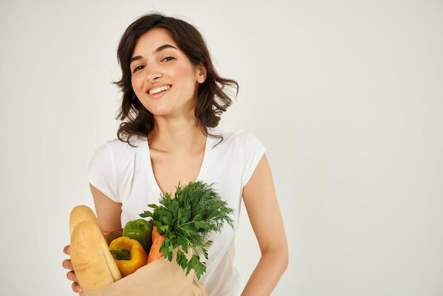 Ładna kobieta z pakietem usług dostawy w supermarkecie