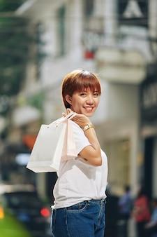 Ładna kobieta z papierowymi torbami