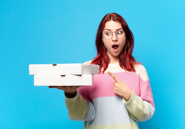 Ładna kobieta z pudełkami po pizzy na wynos