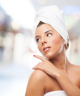 Ładna kobieta z ręcznikiem na głowie