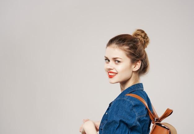 Ładna kobieta z studentami mody backpacker. zdjęcie wysokiej jakości