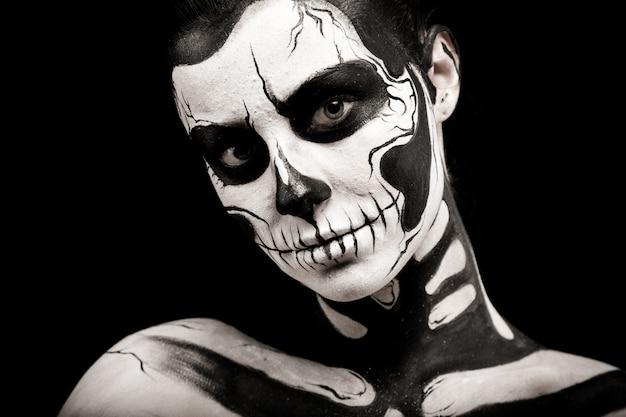 Ładna kobieta z szkielet tatuaż