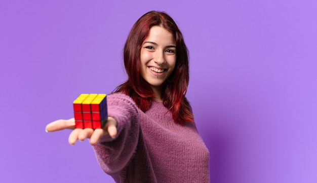 Ładna kobieta z wyzwaniem zabawki inteligencji