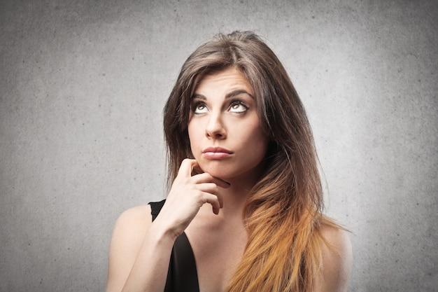 Ładna kobieta zastanawia się